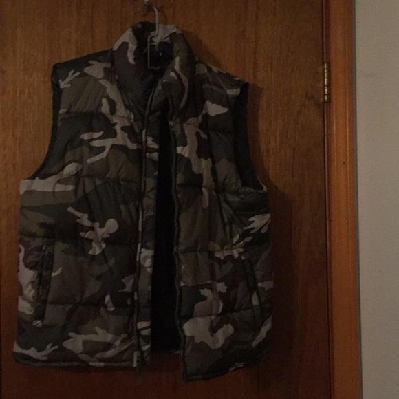 5c7e786b69760 Old Navy camo puffy vest. M 5a88cec384b5ce8880129d39